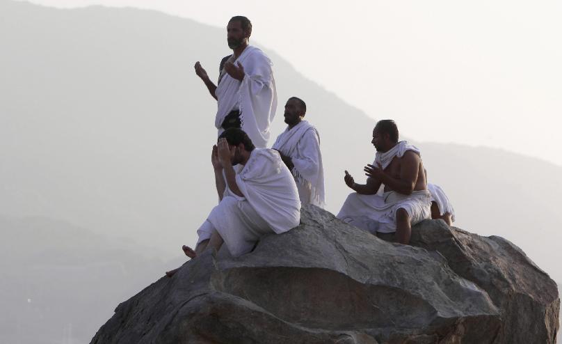 Atrodoties Arafāt kalnā un ielejā svētceļnieki nepārtraukti vēršas pie Dieva ar lūgumiem, To slavinot un lūdzot piedošanu, līdz dienas saulrietam