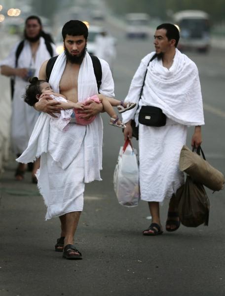 Medīnas islāma universitātes studenti ik gadu masveidīgi dodas uz hadžu, lai palīdzētu izpildīt šo islāma pīlāru svētceļniekiem no savām valstīm