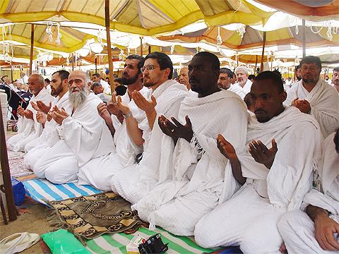Visu rasu un nacionalitāšu svētceļnieki kopīgi vēršas pie Dieva ar lūgumu