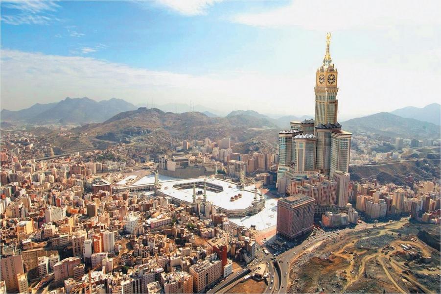 Masdžid-ul-Harām, jeb Mekkas Aizliegtā Mošeja. Tai blakus atrodas otrais pasaules lielākais debesskrāpis