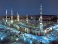 Medīnas Harām (Medīnas Aizliegtā Mošeja) vakara lūgšanas laikā. Desmitiem tūkstoši cilvēku nometušies ceļos Dieva priekšā