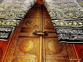 Kābas bagātīgi rotātās durvis ir paceltas virs zemes