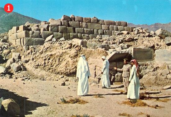 Senā Al-Uhdūd ciema atliekas atrodas Nažranas pilsētā, Saūdu Arābijā, pie pašas Jemenas robežas. Šī vieta ir pieminēta Kurāna sūrā Al-Burūdž (Nr. 89)