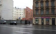 Ieeja no Brīvības ielas uz Rīgas mošeju, kas atrodas sarkanajā ēkā attēla vidū