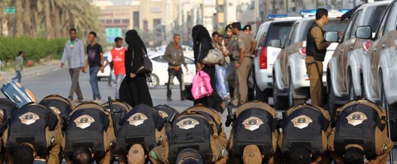 Saūdu Arābijas policisti lūgšanā