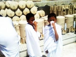 Zēni dzer Zam Zam ūdeni