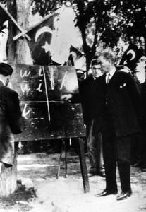 Ataturks ievieš jauno latīņu rakstību (1928).