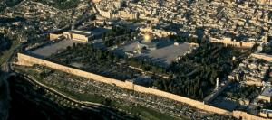 Haram al-Šarīf ar Klints kupola mošeju attēla centrā un Al-Aksas mošeju kreisajā pusē
