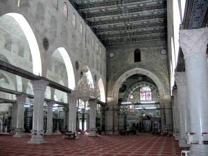 Al-Aksas mošejas iekšiene. Daļa ap mihrābu (tālumā) saglabājusies no Umeijādu laika, bet pīlāri uzcelti Fātimīdu laikā